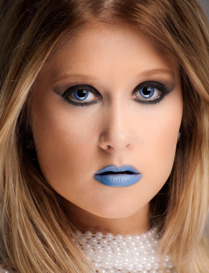 Όμορφη γυναίκα στο μπλε κραγιόν στοκ εικόνες