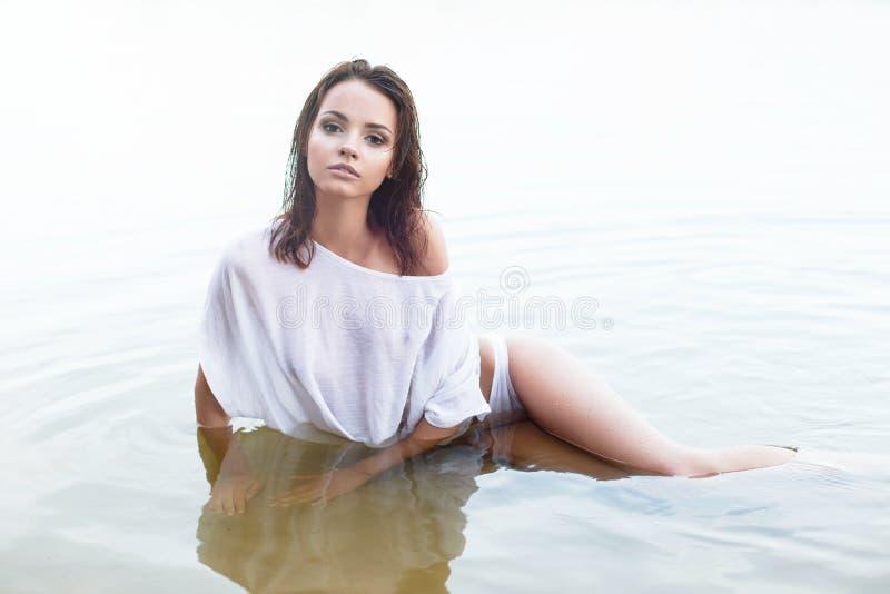 Όμορφη γυναίκα στο νερό στοκ φωτογραφία με δικαίωμα ελεύθερης χρήσης