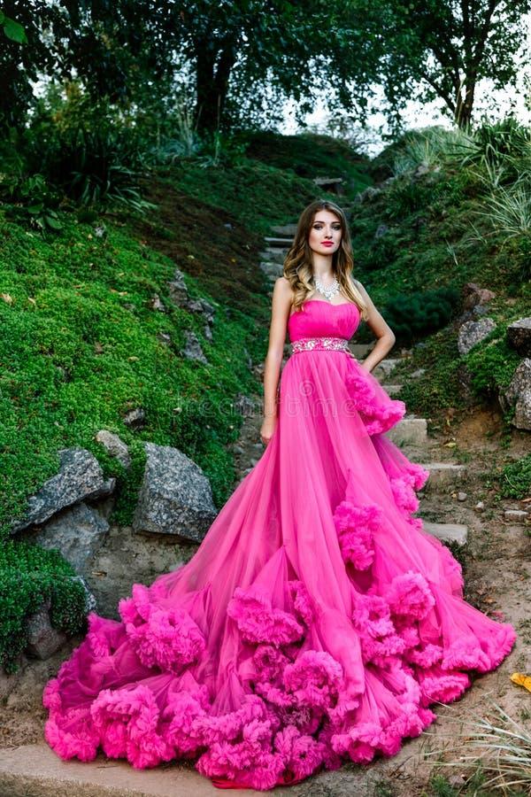 Όμορφη γυναίκα στο πανέμορφο φόρεμα στοκ εικόνες