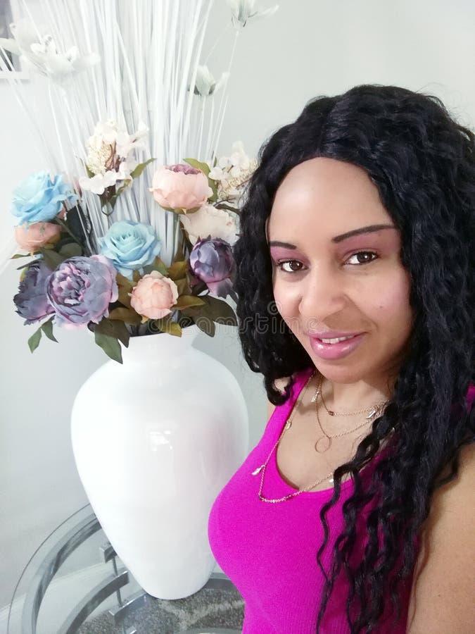Όμορφη γυναίκα στο πορτρέτο με τις Floral ρυθμίσεις στοκ φωτογραφία με δικαίωμα ελεύθερης χρήσης
