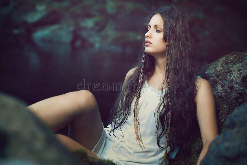 Όμορφη γυναίκα στο σκοτεινό ethereal ρεύμα στοκ εικόνες