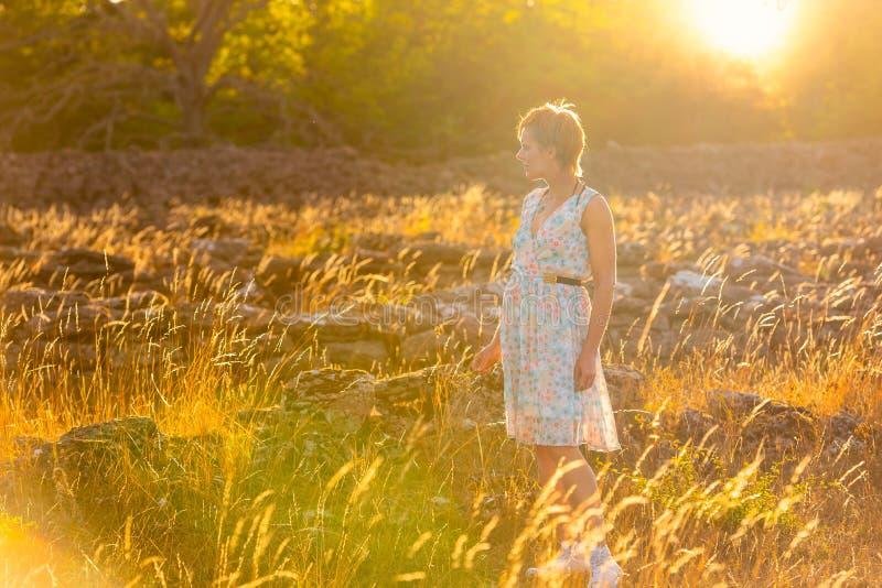 Όμορφη γυναίκα στο φως βραδιού στοκ φωτογραφίες με δικαίωμα ελεύθερης χρήσης