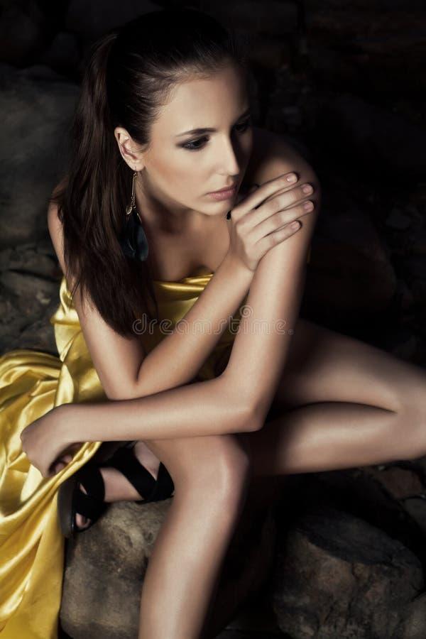 Όμορφη γυναίκα στο φόρεμα βραδιού στοκ εικόνες με δικαίωμα ελεύθερης χρήσης