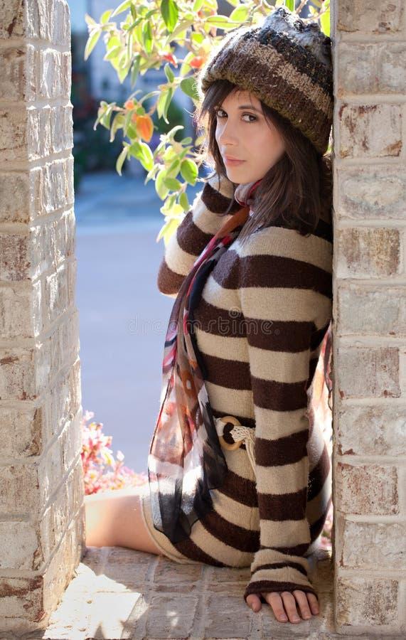 Όμορφη γυναίκα στο φόρεμα πουλόβερ στοκ φωτογραφία με δικαίωμα ελεύθερης χρήσης
