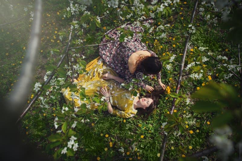 Όμορφη γυναίκα στο φόρεμα στους κήπους στοκ φωτογραφία