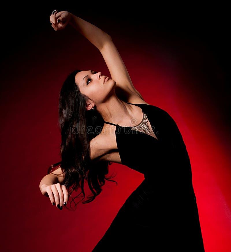 Όμορφη γυναίκα στο φόρεμα στο σκοτεινό υπόβαθρο στοκ εικόνες