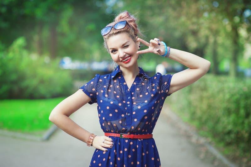 Όμορφη γυναίκα στο ύφος δεκαετίας του '50 με το κλείσιμο του ματιού στηριγμάτων στοκ φωτογραφία με δικαίωμα ελεύθερης χρήσης