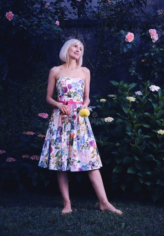 Όμορφη γυναίκα στο floral φόρεμα στοκ φωτογραφία με δικαίωμα ελεύθερης χρήσης