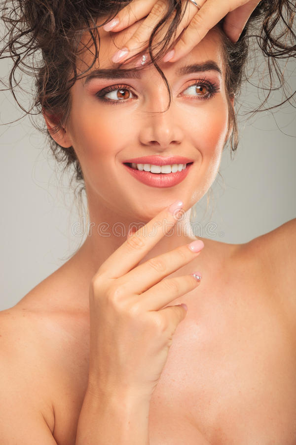 Download Όμορφη γυναίκα σχετικά με το πρόσωπό της καθορίζοντας την τρίχα της Στοκ Εικόνα - εικόνα από καθορισμός, μοντέλο: 62721887