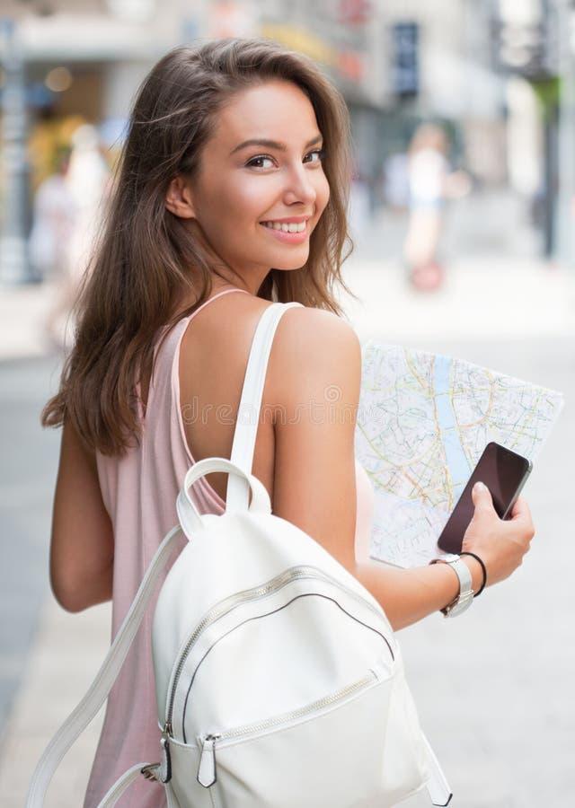 Όμορφη γυναίκα τουριστών brunette στοκ εικόνα