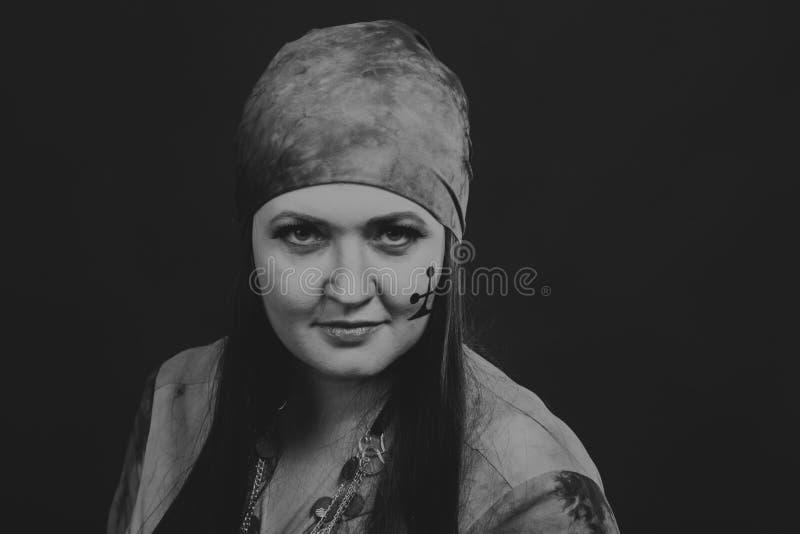 Όμορφη γυναίκα τσιγγάνων στην εικόνα στοκ εικόνα με δικαίωμα ελεύθερης χρήσης