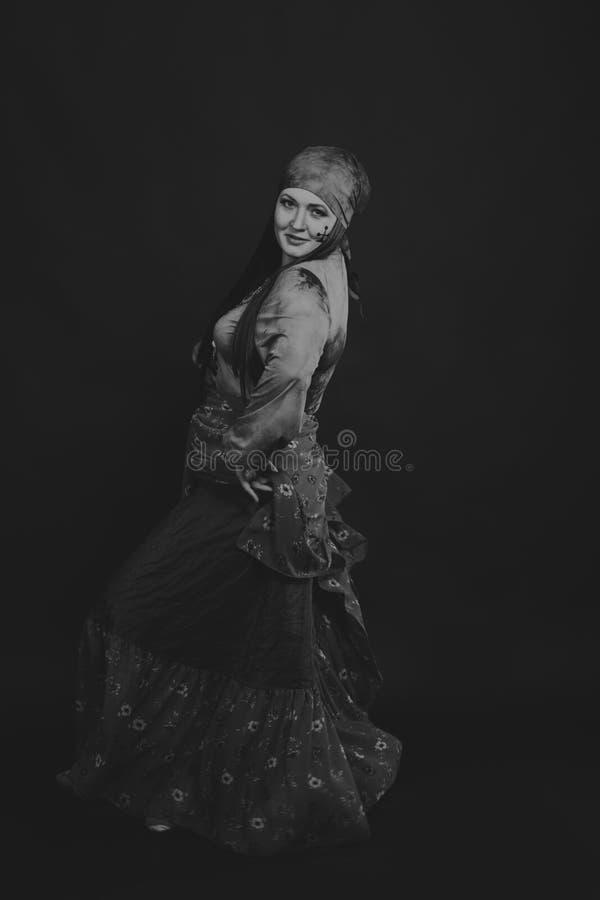 Όμορφη γυναίκα τσιγγάνων στην εικόνα στοκ φωτογραφία