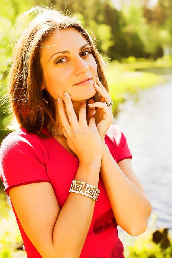 Όμορφη γυναίκα υπαίθρια στοκ φωτογραφία