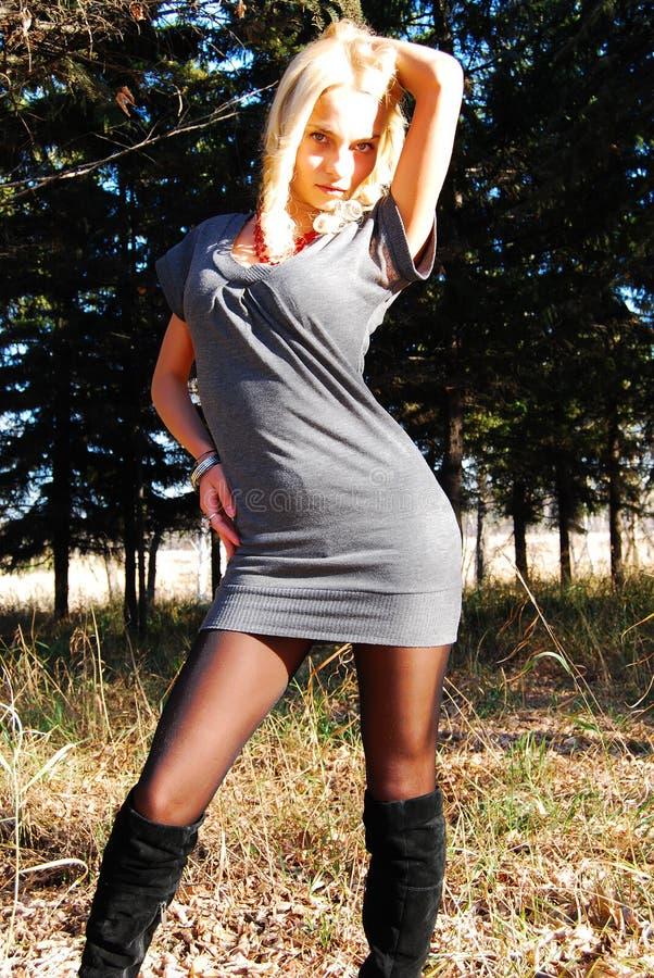 Όμορφη γυναίκα υπαίθρια. στοκ φωτογραφίες με δικαίωμα ελεύθερης χρήσης