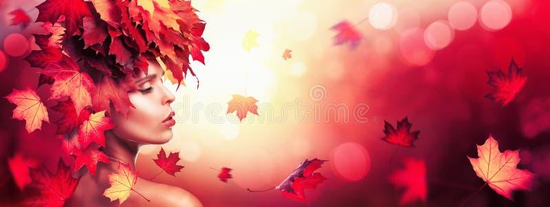 Όμορφη γυναίκα φθινοπώρου με τα μειωμένα φύλλα πέρα από τη φύση Backgroun στοκ φωτογραφία με δικαίωμα ελεύθερης χρήσης