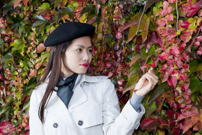 όμορφη γυναίκα φθινοπώρο&upsilo στοκ φωτογραφία με δικαίωμα ελεύθερης χρήσης