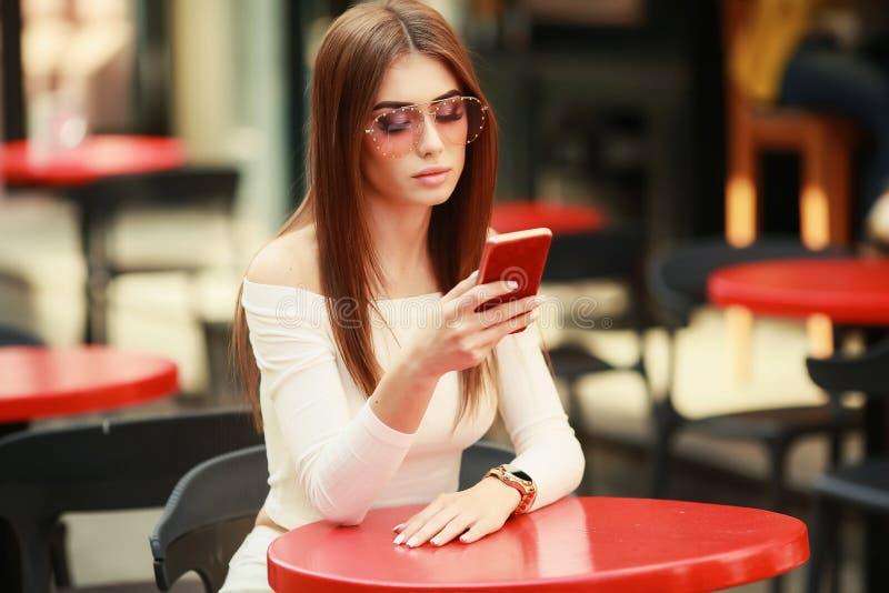 Όμορφη γυναίκα brunette μεταξύ των φύλλων φοινικών Το καλοκαίρι ομορφιάς αποτελεί τη φωτογραφία Ελκυστικό brunette selfie-πορτρέτ στοκ φωτογραφίες