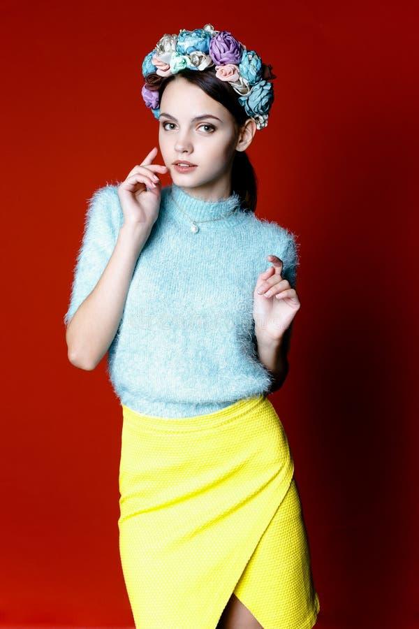 Όμορφη γυναίκα brunette με ένα στεφάνι των λουλουδιών στο κεφάλι της στοκ εικόνες