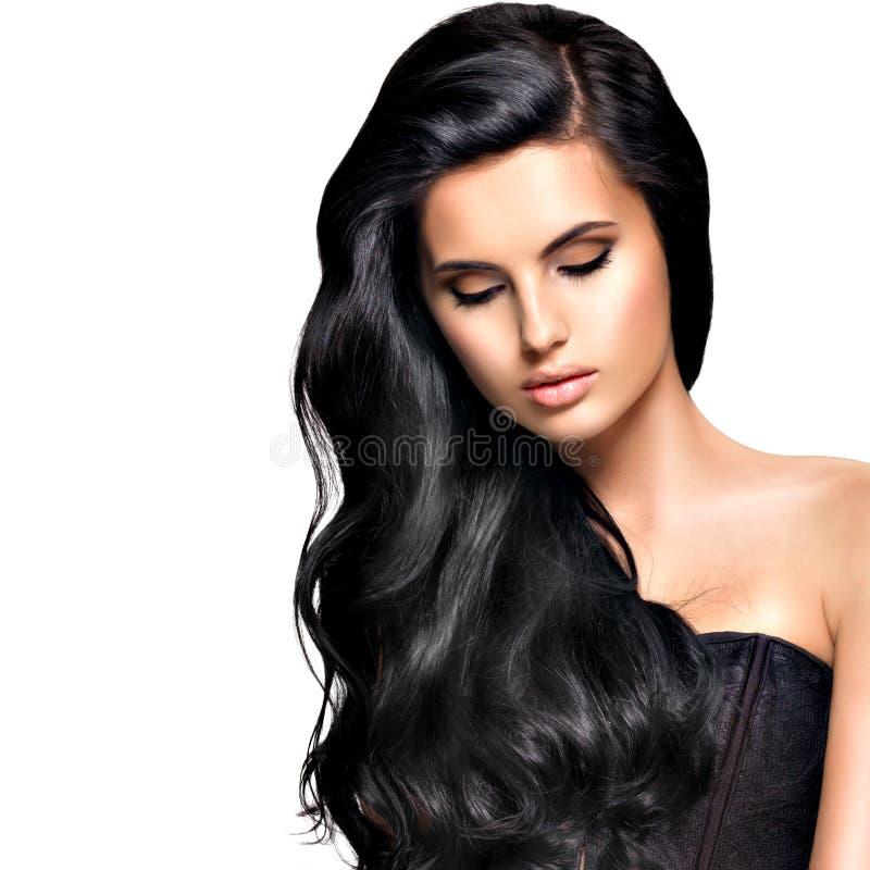 Όμορφη γυναίκα brunette με τη μακριά μαύρη τρίχα στοκ εικόνα