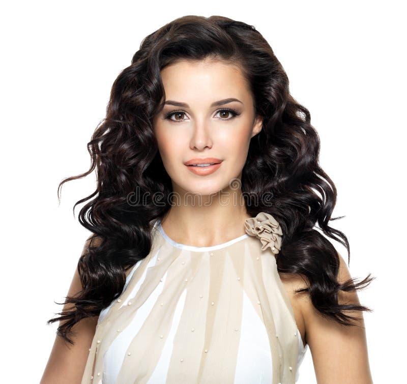 Όμορφη γυναίκα brunette με το μακροχρόνιο σγουρό hairstyle στοκ φωτογραφίες