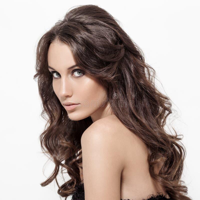 Όμορφη γυναίκα Brunette. Σγουρός μακρυμάλλης. στοκ φωτογραφία με δικαίωμα ελεύθερης χρήσης
