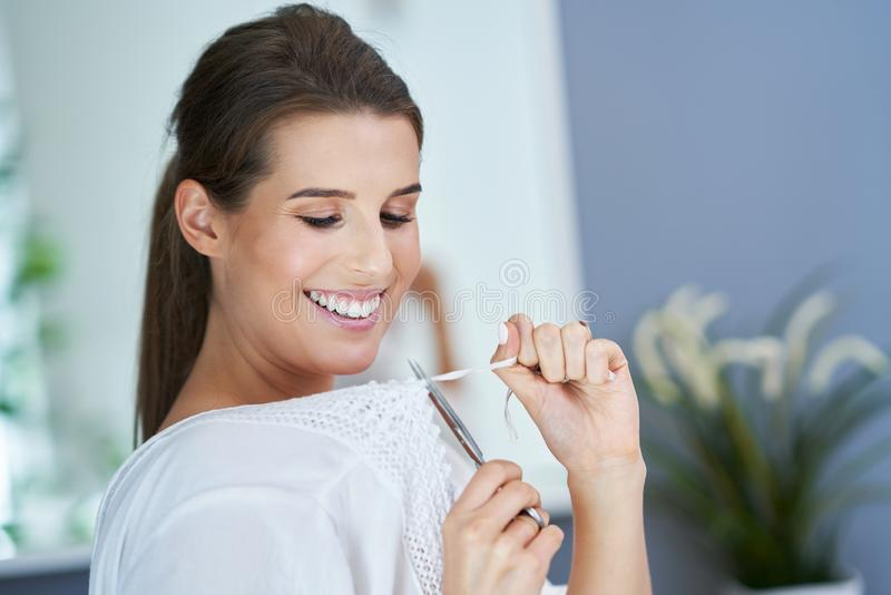 Όμορφη γυναίκα brunette στο λουτρό στοκ φωτογραφία με δικαίωμα ελεύθερης χρήσης