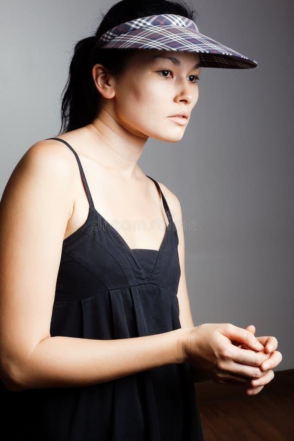 Όμορφη γυναίκα brunette στο μοντέρνο καπέλο στοκ φωτογραφία με δικαίωμα ελεύθερης χρήσης