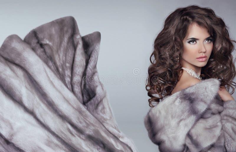Όμορφη γυναίκα brunette στο παλτό γουνών βιζόν Κορίτσι μ ομορφιάς μόδας στοκ εικόνες