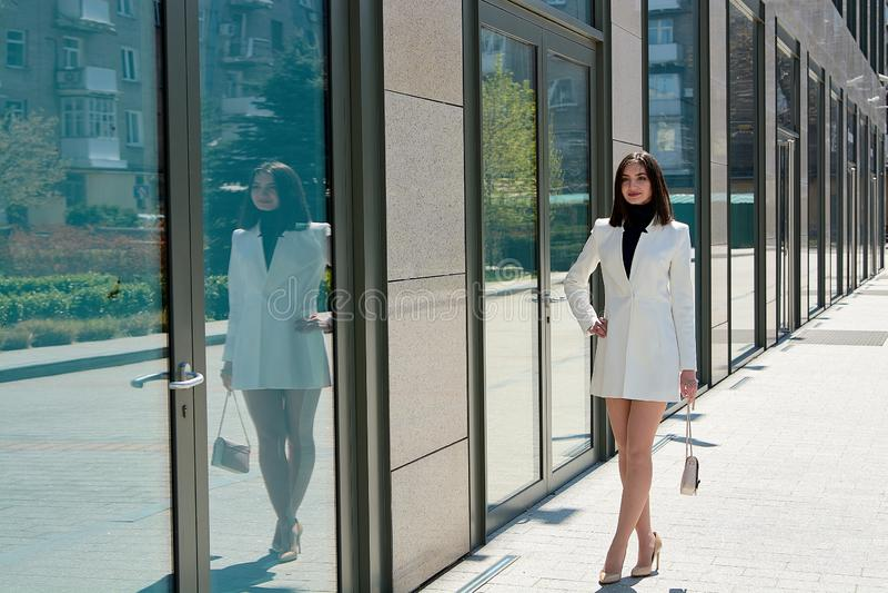 Όμορφη γυναίκα brunette Σύγχρονο αστικό πορτρέτο γυναικών Ενδύματα επιχειρησιακού ύφους μόδας στοκ φωτογραφία με δικαίωμα ελεύθερης χρήσης