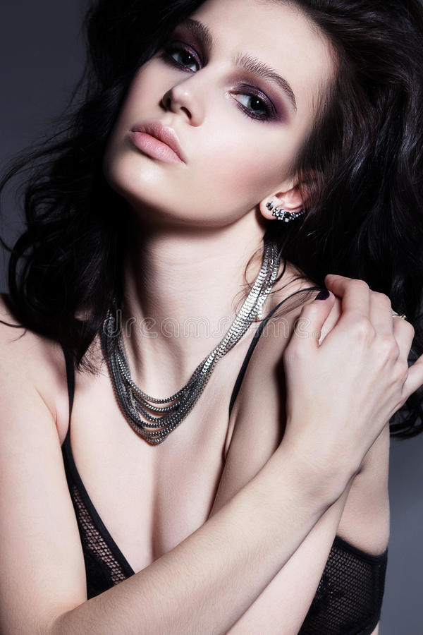 Όμορφη γυναίκα brunette hairstyle γοητείας σγουρή φωτεινό makeup στοκ εικόνα με δικαίωμα ελεύθερης χρήσης