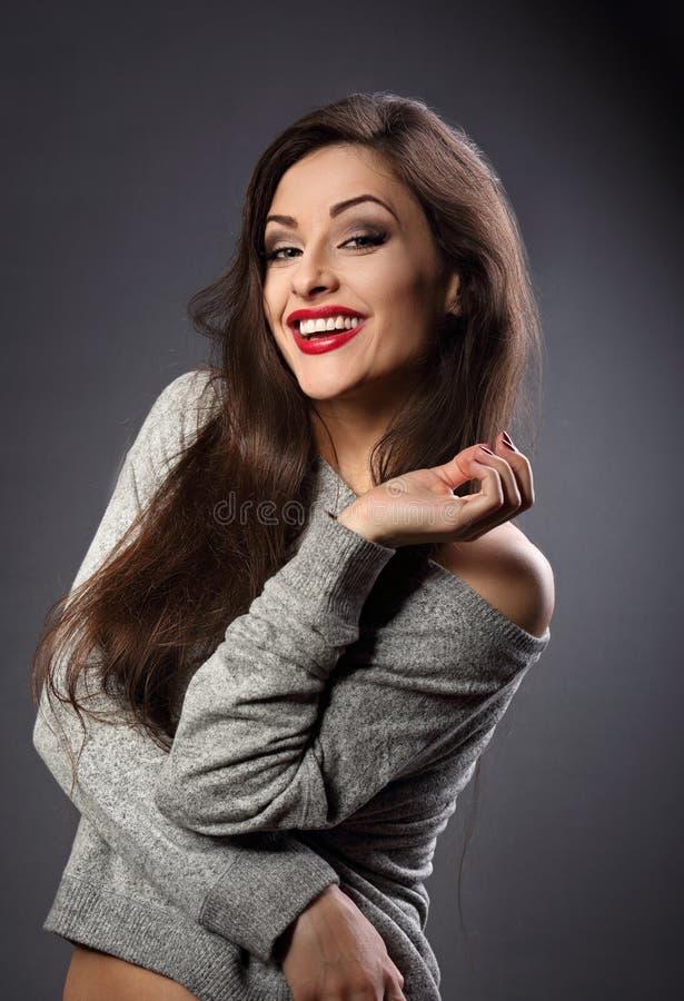 Όμορφη γυναίκα brunette Joying με το μακρυμάλλες ύφος στα γκρίζα fas στοκ φωτογραφία με δικαίωμα ελεύθερης χρήσης