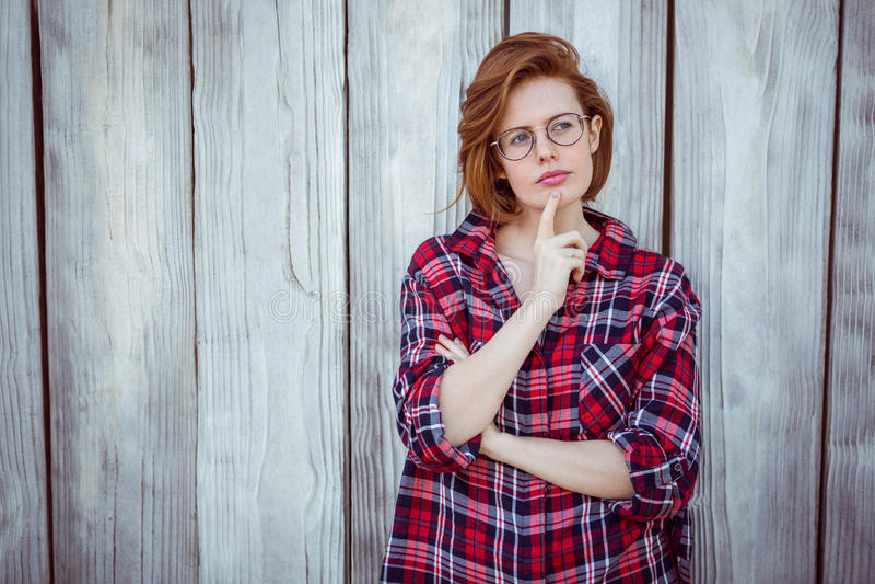 όμορφη γυναίκα hipster, που σκέφτεται και που κοιτάζει μακριά στοκ εικόνες με δικαίωμα ελεύθερης χρήσης
