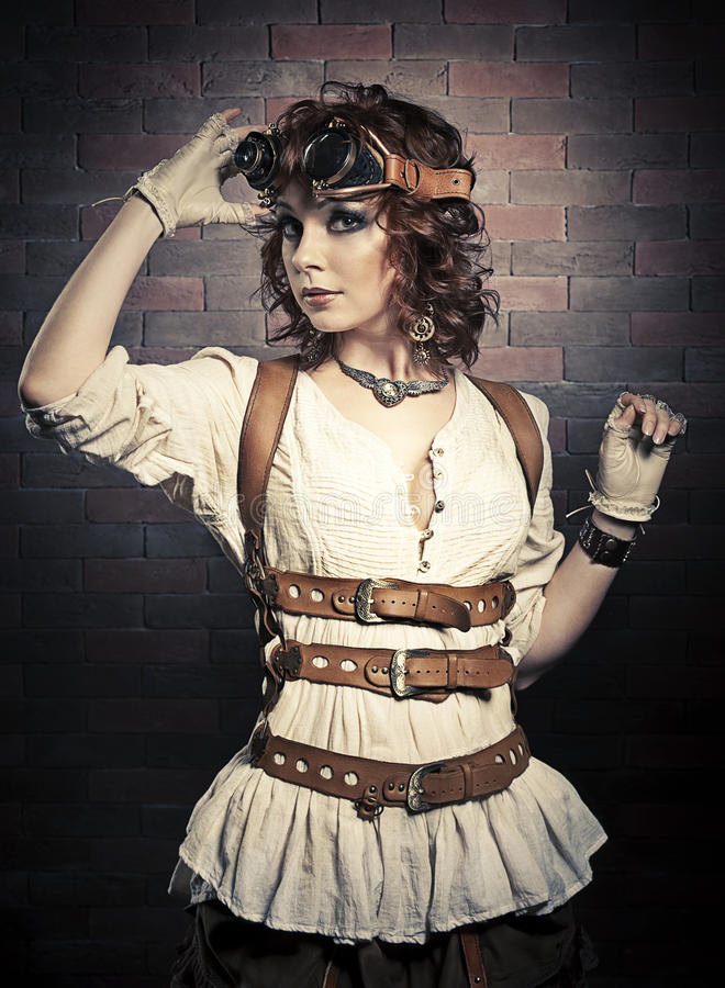 Όμορφη γυναίκα redhair με τα προστατευτικά δίοπτρα steampunk στοκ εικόνες