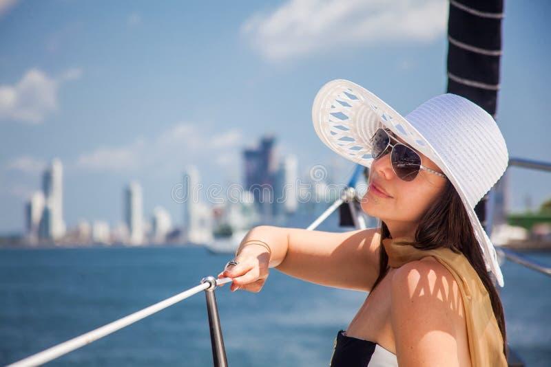 Όμορφη γυναίκα sailboat πολυτέλειας σε μια ηλιόλουστη ημέρα στην Καρχηδόνα de Indias στοκ εικόνες