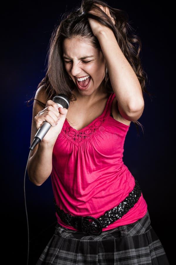 Όμορφη γυναίκα Singinger στοκ εικόνες