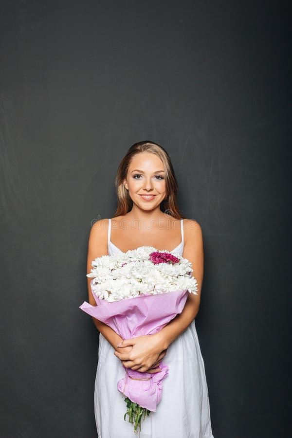 Όμορφη δέσμη εκμετάλλευσης γυναικών των λουλουδιών στοκ φωτογραφία με δικαίωμα ελεύθερης χρήσης