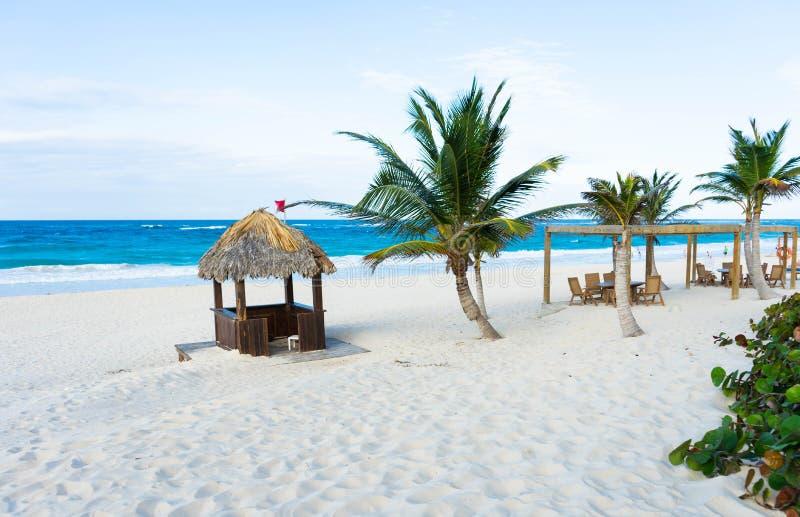 Όμορφη διάταξη θέσεων πολυτέλειας στις τροπικές παραλίες στοκ φωτογραφία με δικαίωμα ελεύθερης χρήσης
