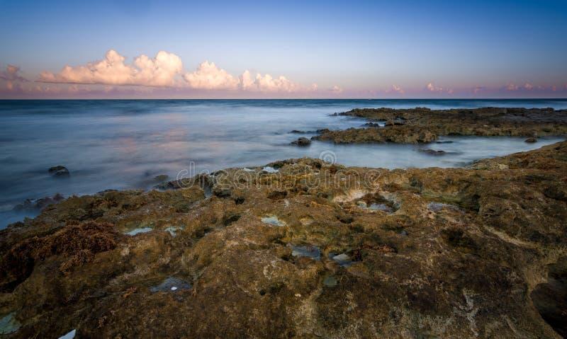 Όμορφη δύσκολη παραλία στα κύματα σούρουπου και θάλασσας στοκ εικόνες με δικαίωμα ελεύθερης χρήσης