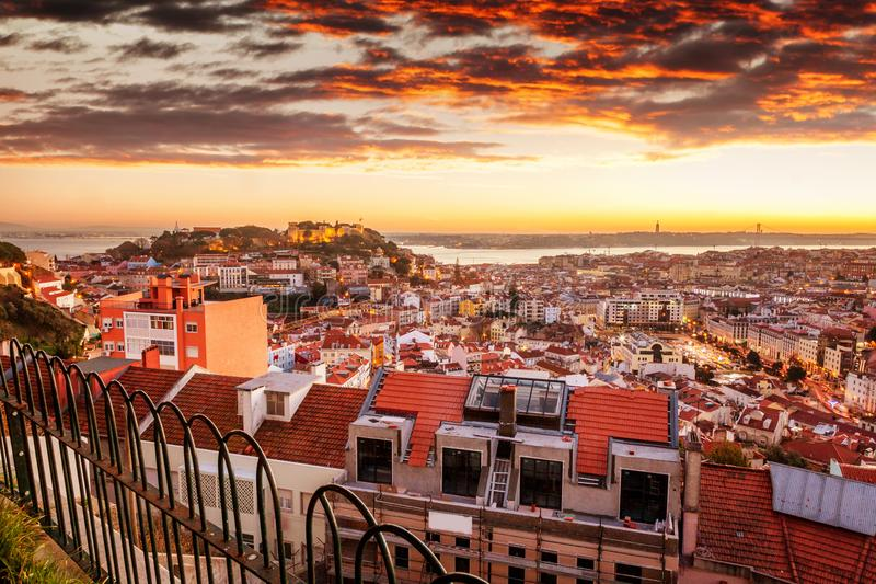 Όμορφη εικονική παράσταση πόλης, Λισσαβώνα, η πρωτεύουσα της Πορτογαλίας στο ηλιοβασίλεμα στοκ εικόνα με δικαίωμα ελεύθερης χρήσης