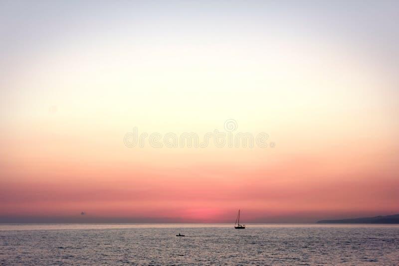 όμορφη εικόνα hdr πέρα από το θερινό ηλιοβασίλεμα θάλασσας στοκ εικόνες