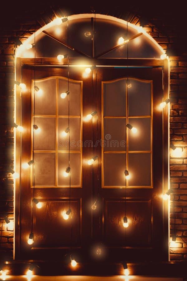 Όμορφη εκλεκτής ποιότητας ξύλινη πόρτα που διακοσμείται με τους καμμένος λαμπτήρες διανυσματική απεικόνιση