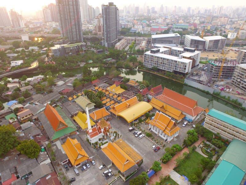 Όμορφη εναέρια άποψη βραδιού της κατοικημένης περιοχής και βουδιστικός ναός των προαστίων της Μπανγκόκ ` στοκ εικόνες