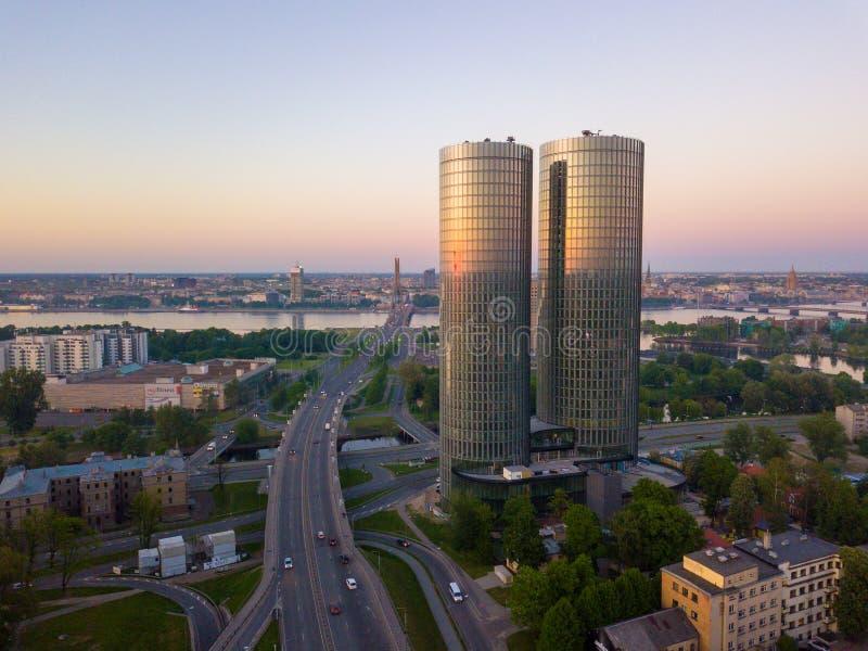 Όμορφη εναέρια άποψη σχετικά με τους ζ-πύργους στο κέντρο της Ρήγας, Λετονία στοκ φωτογραφία