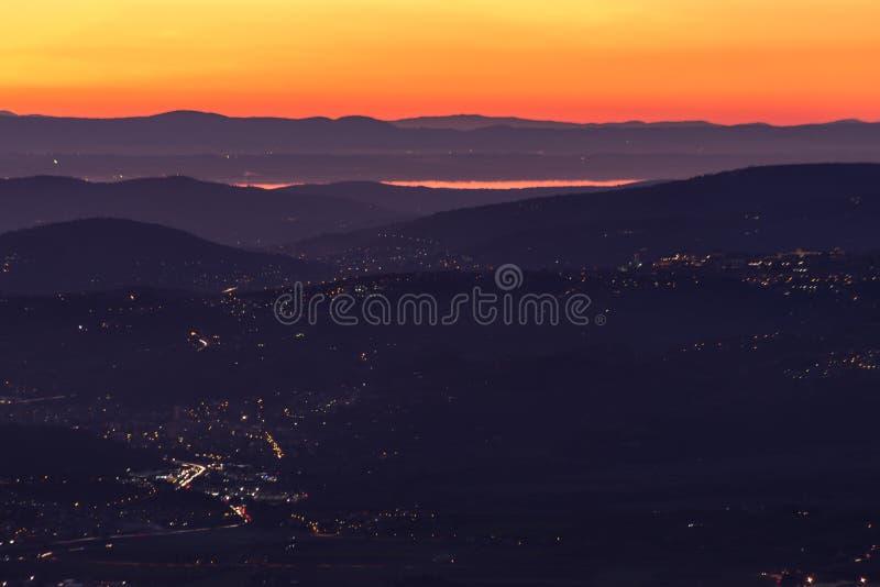 Όμορφη εναέρια άποψη της κοιλάδας της Ουμβρίας Ιταλία στο σούρουπο, με τους λόφους, τα φω'τα πόλεων της Περούτζια και την απεικόν στοκ φωτογραφία