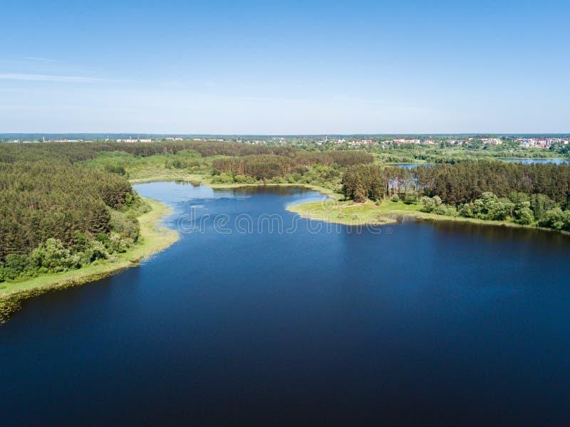 Όμορφη εναέρια άποψη της λίμνης και της δασικής περιοχής Η Λευκορωσία είναι θόριο στοκ εικόνες