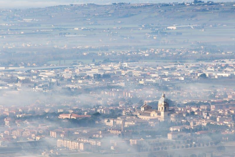 Όμορφη εναέρια άποψη της πόλης Assisi, Ουμβρία Angeli degli της Σάντα Μαρία, που καλύπτεται μερικώς από την υδρονέφωση και την ομ στοκ φωτογραφίες με δικαίωμα ελεύθερης χρήσης