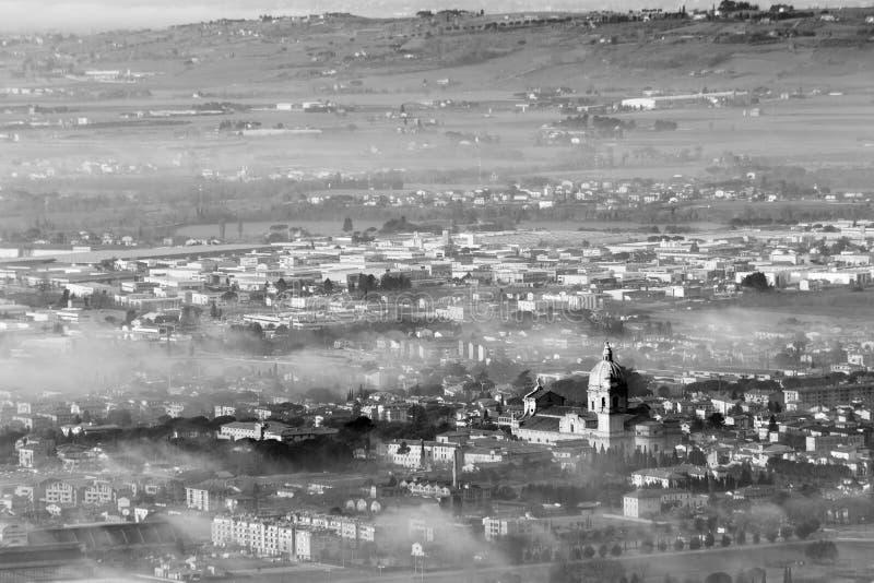 Όμορφη εναέρια άποψη της πόλης Assisi, Ουμβρία Angeli degli της Σάντα Μαρία, που καλύπτεται μερικώς από την υδρονέφωση και την ομ στοκ φωτογραφία με δικαίωμα ελεύθερης χρήσης