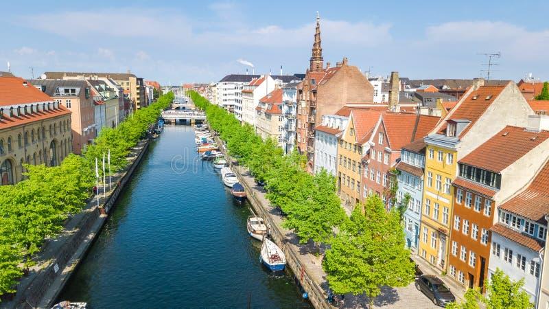 Όμορφη εναέρια άποψη του ορίζοντα της Κοπεγχάγης άνωθεν, του ιστορικών λιμένα αποβαθρών Nyhavn και του καναλιού με τα κτήρια και  στοκ φωτογραφίες