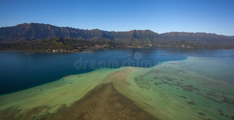 Όμορφη εναέρια άποψη του φράγματος άμμου σε εκβολή ποταμού Oahu, Χαβάη κόλπων Kaneohe στοκ εικόνες