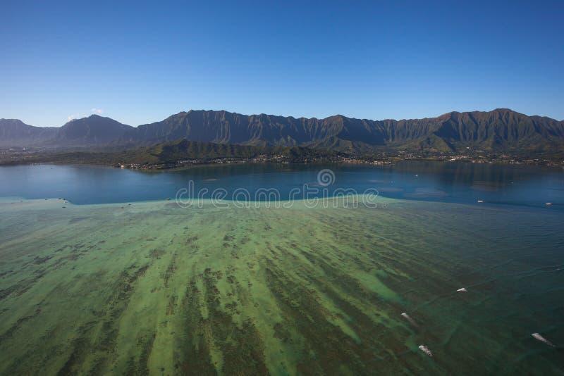 Όμορφη εναέρια άποψη του φράγματος άμμου σε εκβολή ποταμού Oahu, Χαβάη κόλπων Kaneohe στοκ φωτογραφία με δικαίωμα ελεύθερης χρήσης